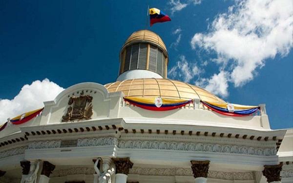 Economía venezolana cae 50 % desde que Maduro es presidente, dice Parlamento