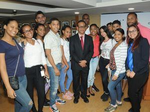 Basilio Belliard junto a jóvenes que asistieron a su presentación.