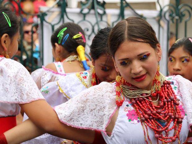 Bailarines del grupo ambateño Arte Corazón, durante una de sus presentaciones en la plaza de la catedral de la ciudad, este sábado, en Ambato (Ecuador).