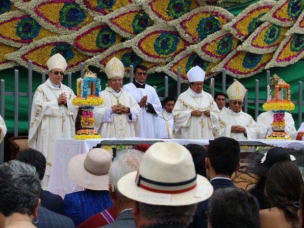 Misa para la Bendición de la Fruta, las Flores y los Panes, para recordar la reconstrucción de Ambato tras el terremoto de 1949, este sábado, en Ambato (Ecuador).