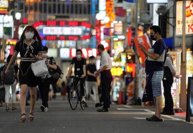 El personal de restaurantes y tiendas tratan de atraer a los peatones en Kabukicho, el área de entretenimiento nocturno más grande de Japón en Shinjuku, en Tokio, Japón.