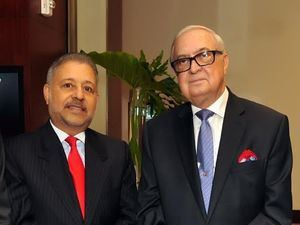 Leonel Castellanos Duarte junto a Luis Sánchez Noble, director del Premio, y pasado presidente de la ANEIH.