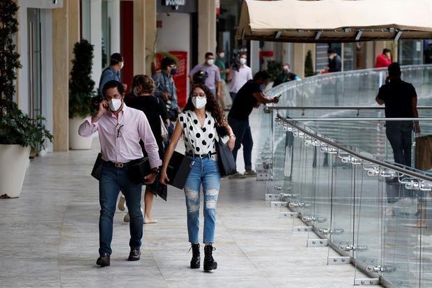 Consumidores hacen sus compras en un centro comercial este miércoles en Ciudad de México (México).