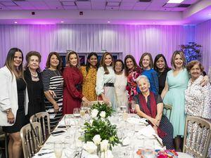 Carolina Mejía y distinguidas asistentes al almuerzo de la empresa Claro en  conmemoración al Día Internacional de la mujer.