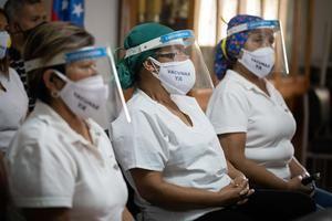 Varias enfermeras participan en una rueda de prensa en Caracas, Venezuela.