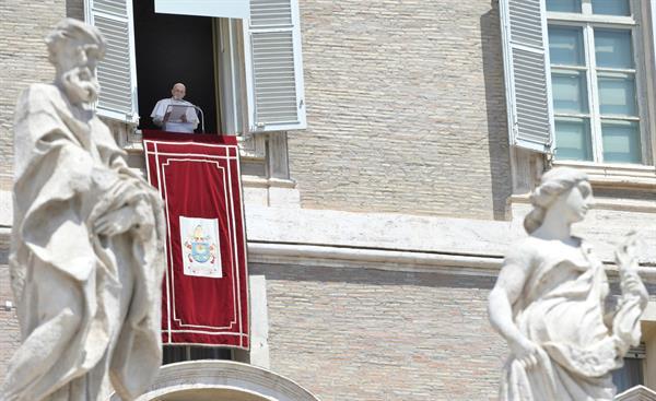 El papa Francisco durante el rezo desde sus dependencia vaticanas.