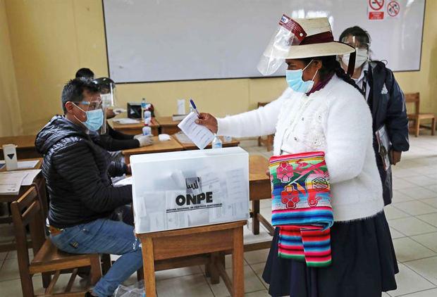 Una mujer ejerce su derecho al voto durante las elecciones presidenciales, el 11 de abril del 2021, en un centro de votación en Cusco, Perú.