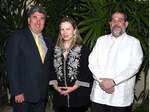 Guillermo Álvarez García - Godoy, Margarita Miranda de Mitrov y Chris Campbell.
