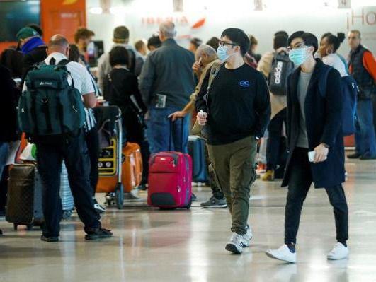 Personas protegidas ante el coronavirus en aeropuerto.