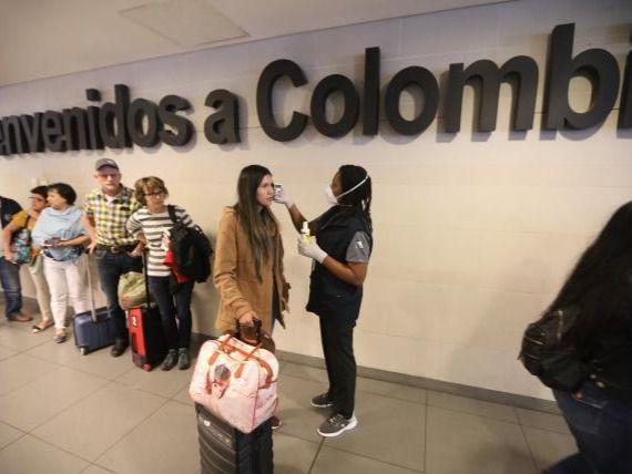 Personas siendo revisadas en aeropuerto de Colombia.