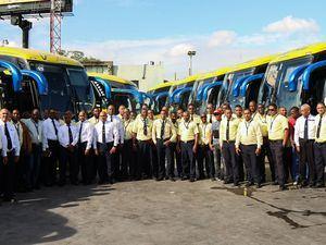 Choferes junto con los autobuses de Caribe Tours.