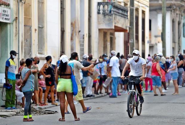 Decenas de personas esperan su turno para comprar en un mercado, el pasado 4 de agosto del 2020, en La Habana, Cuba.