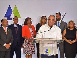 Manuel Gutiérrez, presidente de  COOPSEGUROS junto a parte del consejo administración.