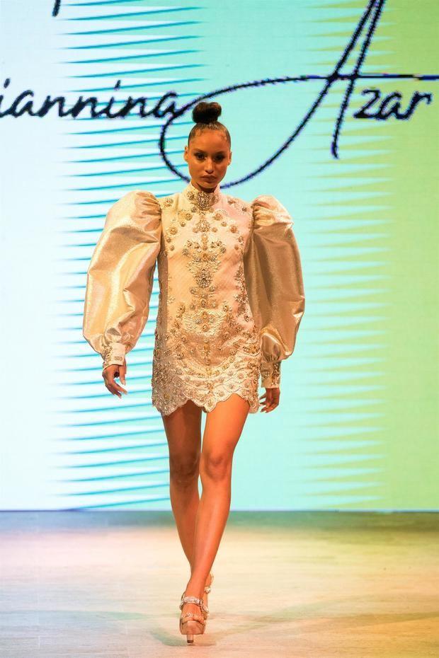Una modelo luce una creación de la diseñadora dominicana Giannina Azar durante la primera jornada del República Dominicana Fashion Week (RDFW), este martes en Santo Domingo, República Dominicana.