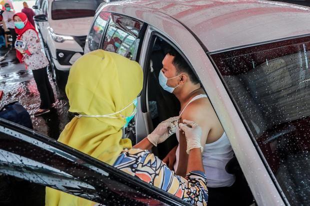 Un hombre recibe una dosis de la vacuna Sinovac, en la localidad indonesia de Medan.
