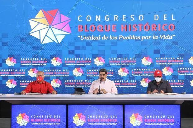 Fotografía cedida por prensa Miraflores que muestra al presidente de Venezuela, Nicolás Maduro, el presidente de la Asamblea Nacional Constituyente, Diosdado Cabello y el candidato a la Asamblea Nacional, Jorge Rodríguez, durante un acto oficialista en Caracas, Venezuela.