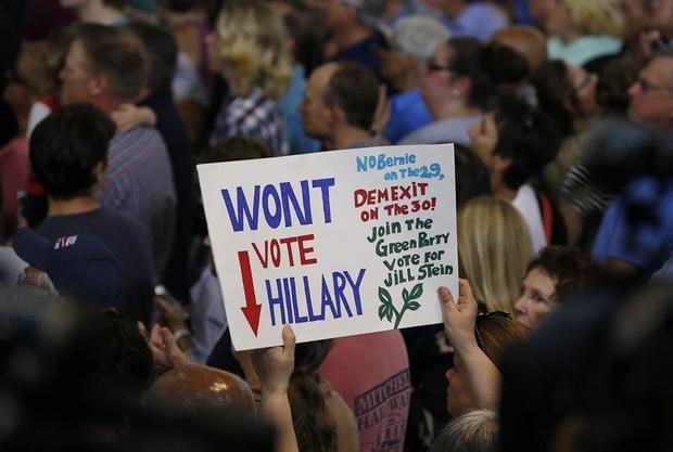Seguidores del partido demócrata animan a la excandidata presidencial del partido demócrata Hillary Clinton y al hasta ahora rival por la nominación Bernie Sanders (no en la imagen) durante un acto celebrado en Portsmouth, Nuevo Hampshire, Estados Unidos hoy 12 de julio de 2016.