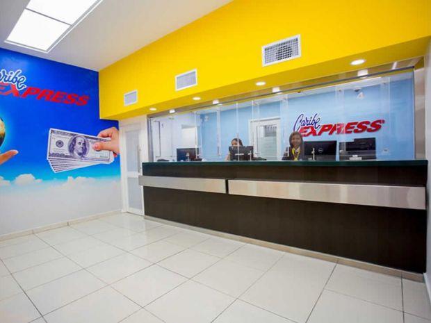 Área de servicio del público de una sucursal de Caribe Express.