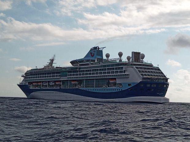 Crucero navegando en aguas jurídicas sin autorización.