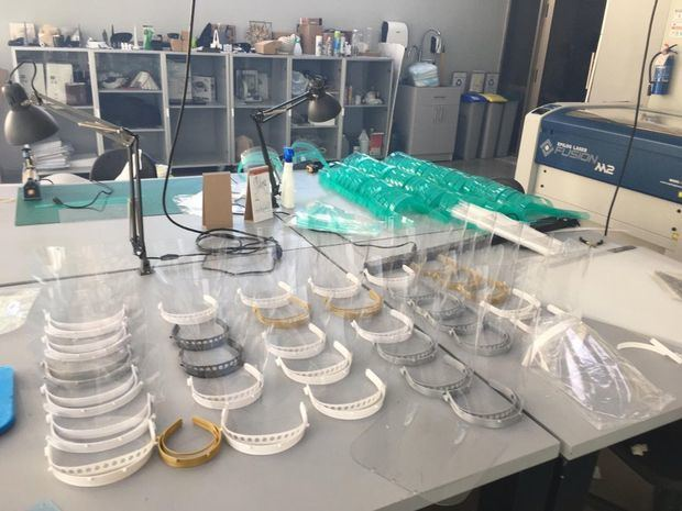 Trabajo de producción de las máscaras de acetato en la UNHPU