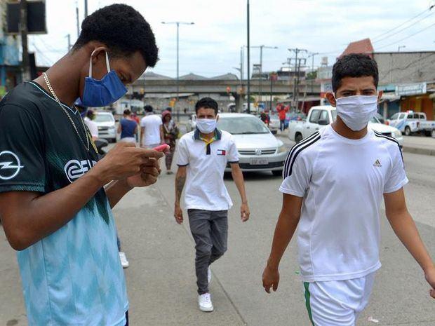 Personas fueron registradas este miércoles al transitar por las calles de la ciudad de Guayaquil (Ecuador), en medio de la emergencia sanitaria por el COVID-19, que se ha cebado con la ciudad.