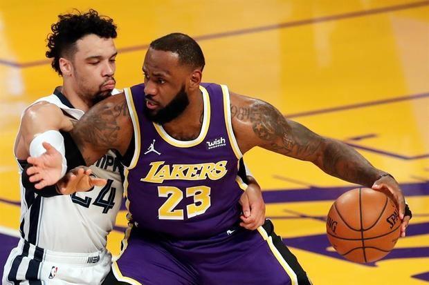 El jugador de Los Angeles Lakers LeBron James (d) y el de los Memphis Grizzlies Dillon Brooks (i) durante su partido.