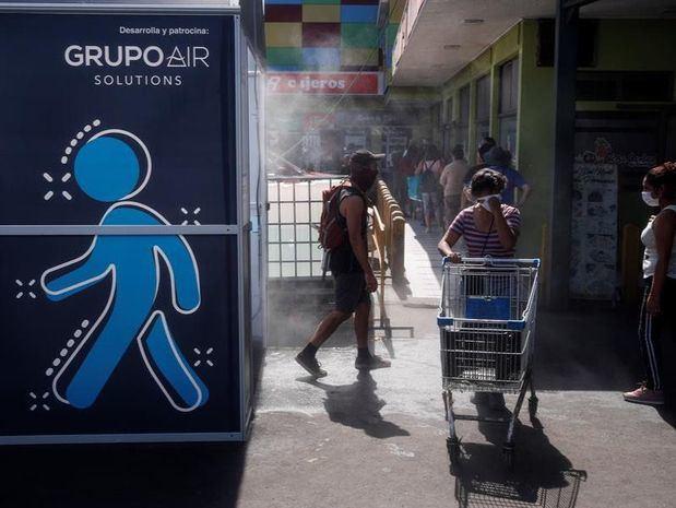 Varias personas fueron registradas este miércoles a las afueras de un túnel sanitario, cerca del mercado Vega Central, en Santiago de Chile.