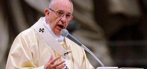 """El papa honra en Jueves Santo a los """"santos"""" que luchan contra la pandemia"""