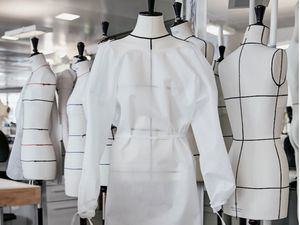 Louis Vuitton pone en marcha su taller parisino de prêt-à-porter para fabricar batas para hospitales.