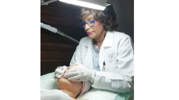 Doctora Raisa Acosta realiza consultas dermatológicas de manera virtual