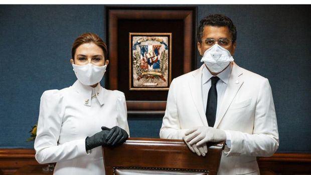 Fotografía cedida por la oficina de prensa de la nueva alcaldesa de Santo Domingo, Carolina Mejía (i), mientras posa junto a su antecesor, David Collado (d), este viernes en la ceremonia de juramentación, en Santo Domingo, República Dominicana.