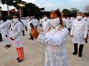 Cientos de médicos cubanos fueron registrados este sábado al posar para una foto de despedida, antes partir rumbo a Sudáfrica para colaborar allí en la lucha contra la pandemia de la COVID-19, en La Habana, Cuba.