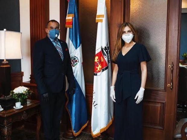 Vicealmirante de la Armada de República Dominicana Félix Albuquerque Comprés y la Alcaldesa del Distrito Nacional, Carolina Mejía.