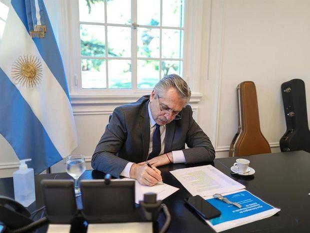 Fotografía cedida por la Presidencia de Argentina que muestra al presidente de Argentina, Alberto Fernández, mientras habla por teléfono este miércoles en Buenos Aires, Argentina.