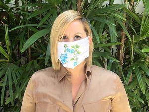 Gianni Paulino utiizando una de las mascarillas de la campan?a 'Ayúdanos a protegerle' del coronavirus.