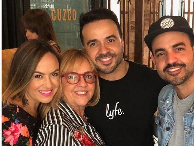 Fotografía cedida por el cantante Luis Fonsi de él junto a su familia.