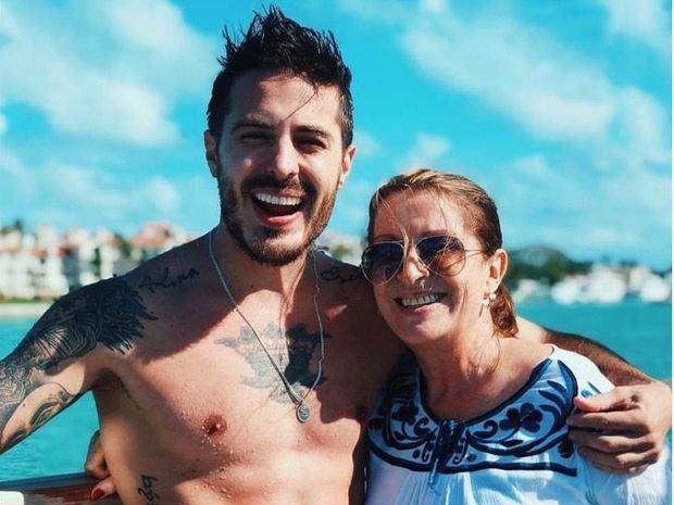 Fotografía cedida por el cantante Llane de él junto a su madre.