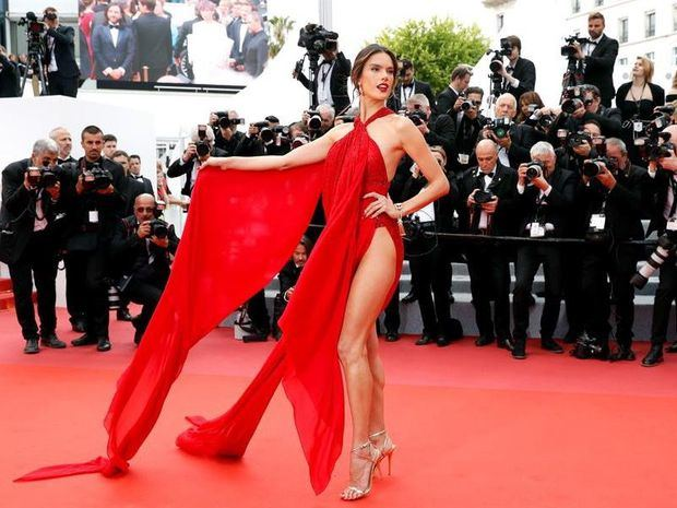 La modelo brasileña Alessandra Ambrosio posa para los medios antes de la proyección de 'Los miserables' en el Festival de Cine de Cannes.