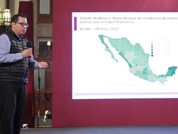 Fotografía cedida por Presidencia de México del director de Epidemiología, José Luis Alomía, durante una rueda de prensa, en Palacio Nacional de Ciudad de México, México.