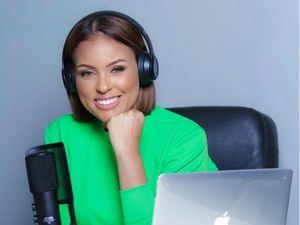 Yokasta Díaz cede su micrófono a famosos colegas durante sus transmisiones en vivo.