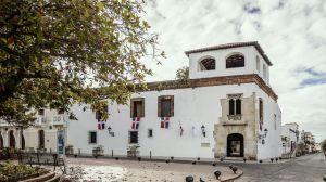 El Museo de la Familia Dominicana está disponible para visitar de manera virtual desde está incluido en el  portal museosrd.gob.do. Este museo cuenta con un valioso mobiliario que muestra la forma en que vivía una familia acomodada del siglo XIX.