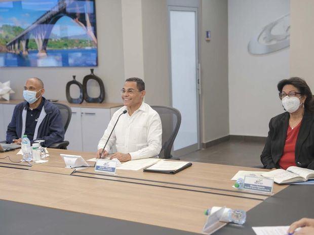 Director general del INFOTEP, Rafael Ovalles acompañado de Maura Corporán, gerente de Normas y Desarrollo Docente y Alexis de la Rosa, coordinador de INFOTEP Virtual.
