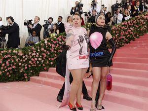 Lena Dunham y Jemima Kirke posan en la alfombra roja de la Gala Met de 2019 en Nueva York, EE.UU.