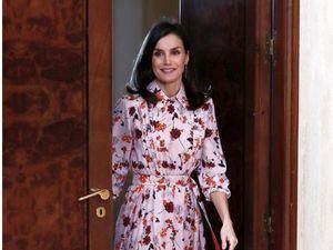 La reina Letizia con vestido de línea 'wrap'.