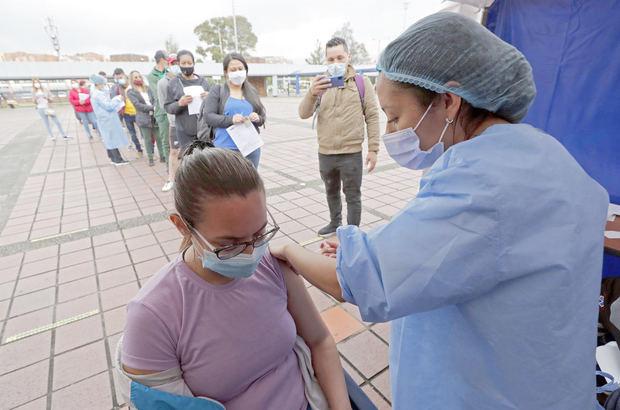 Vacunas para migrantes indocumentados y otras claves de la covid en América