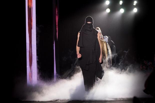 Un modelo presenta una de las creaciones del diseñador germano-persa Boris Bidjan Saberi, en la pasarela 080 Barcelona Fashion que, este martes, ha rendido homenaje al recientemente fallecido diseñador catalán Andrés Sardá.