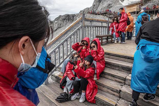 os turistas chinos visitan el Parque del Glaciar en Jade Dragon Snow Mountain en Lijiang, provincia de Yunnan, China.