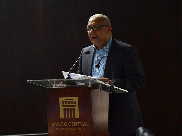 Ervin Novas Bello, gerente del BCRD, pronunció las palabras de cierre en nombre del gobernador, Héctor Valdez Albizua.