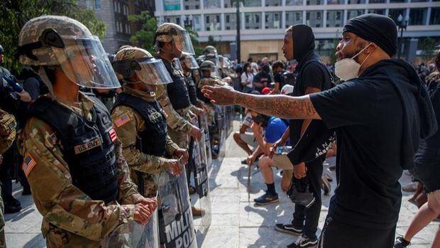 Miles de personas protestan en el centro de Washington mientras los militares sacan músculo
