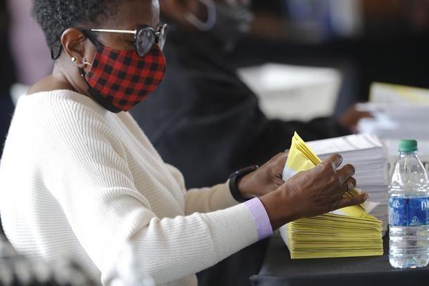 Un trabajador fue registrado este jueves al manejar el procesamiento y la verificación de las boletas ausentes en el Departamento de Elecciones y Registro del Condado de Fulton en el State Farm Arena, en Atlanta, Georgia, EE.UU.